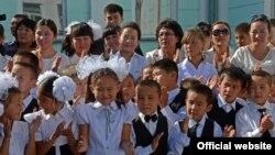 Бишкектин Ала-Тоо конушундагы №82 мектептин окуучулары. 3-сентябрь, 2013.