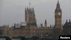 Ұлыбритания парламенті үстінде тұрған ту. Лондон, 3 мамыр 2017 жыл.