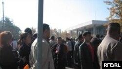 Оппозиция вывела людей на центральную площадь Бишкека