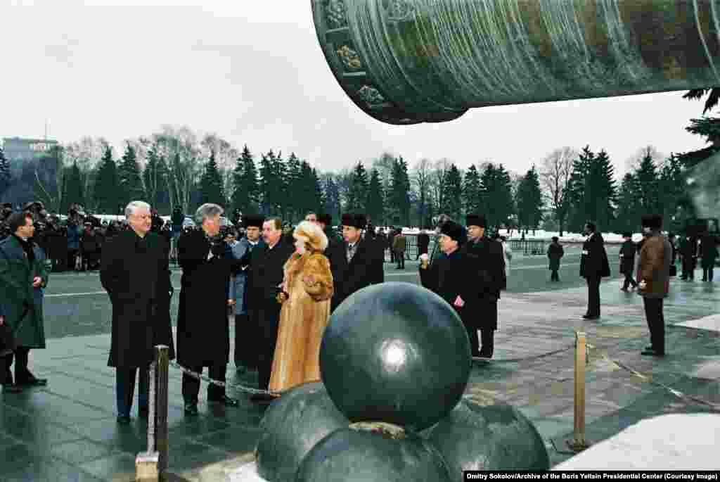 Ельцин и Клинтон перед массивной Царь-пушкой в Кремле в январе 1994 года