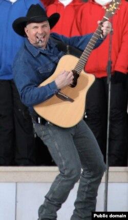 "Гарт Брукс поет песню Дона Маклина ""American Pie"". 2009"