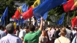 Bucurie în fața Parlamentului de la Chișinău