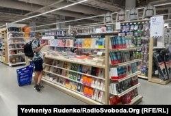Учасниці протесту «Action culottée» обурюються чому книжки купувати можна, а білизну – ні