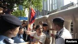 Демократиячыл активисттерди полиция кармаган учур. 18-май, 2016-жыл.