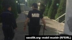 Сотрудники Бюро принудительного исполнения Узбекистана, вооруженные дубинками.