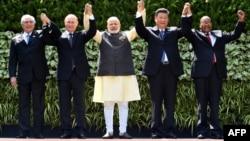 Արխիվ -- Բրազիլիայի նախագահ Միշել Թեմերը, ՌԴ նախագահ Վլադիմիր Պուտինը, Հնդկաստանի վարչապետ Նենսդրոդո Մոդին, Չինաստանի նախագահ Սի Ցզինպինը և Հարավաֆրիկյան Հանրապետության նախագահ Ջեյկոբ Զուման՝ Հնդկաստանում կայացած ԲՐԻԿՍ-ի գագաթաժողովի ընթացքում, 16-ը հոկտեմբերի, 2017թ․