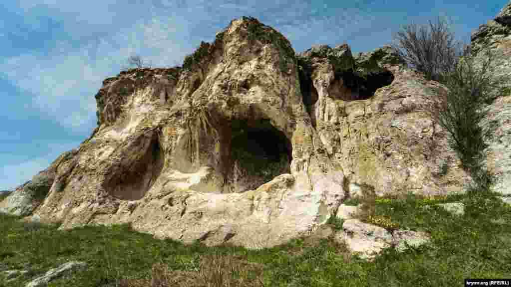 Двухъярусный грот на юго-восточном краю гряды на том же правом берегу реки Бештерек, приблизительно в трехстах метрах от Волчьего грота