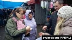 Актывістка АГП Вольга Маёрава раздае прадпрымальнікам улёткі ззаклікам аб'ядноўвацца