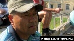 Баласын футбол клубына әкеп отырған ата-ана Мәрлен. Алматы, 20 сәуір 2012 жыл.