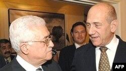 Наблюдатели отметили, что с Ольмертом Аббас держался гораздо увереннее, нежели с Кондолизой Райс, требований к которой у него было заметно меньше