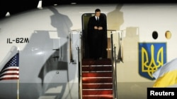 У квітні 2010 року літак Віктора Януковича приймала база ВПС США Ендрюс. Тоді Президент України прилетів на саміт з ядерної безпеки у Вашингтоні