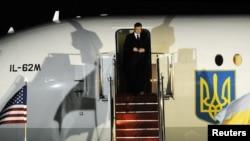 ویکتور یانوکویچ، رئیس جمهوری اواکرائین، در پایگاه هوایی اندروز در مریلند پیش از آغاز کنفرانس امنیت هستهای.