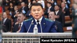 Башкы прокурор Өткүрбек Жамшитов Жогорку Кеңеште 2019-жылы аткарган жумуштары боюнча отчёт берип жатат.