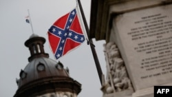 Флаг Конфедерации у здания Капитолия Южной Каролины через день после того, как губернатор объявила о том, что флаг следует снять