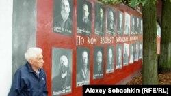 Владимир Овчинников у созданного им мемориала