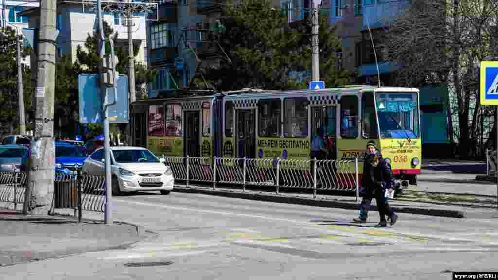 С улиц Евпатории куда-то пропали раритетные красные немецкие трамвайчики, которые последние десятилетия были одной из туристических изюминок курорта Западного Крыма