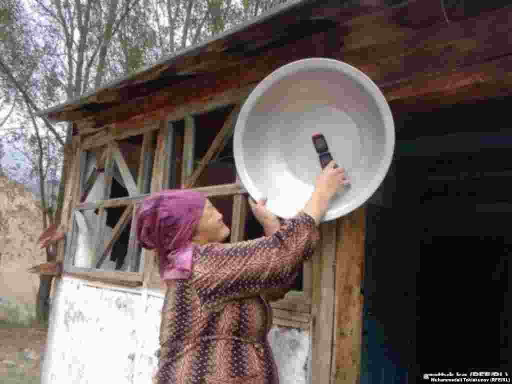 """FINALIST: """"Phone in Aluminum Pan"""": This is Pashakan Zhapanova. She lives in the village of Alaykuu on the northwestern border of Kyrgyzstan. Since the village is located below sea level, there is no mobile-phone signal. The villagers know when the connection will be excellent: in winter when there is no wind. (Muhammedali Toktakunov, Bishkek bureau of RFE/RL's Kyrgyz Service)"""