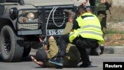 Израильский араб, переодетый журналистом, пытается убить ножом солдата ЦАХАЛа. Хеврон, 16 октября