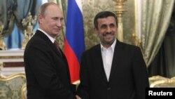 Президент России Владимир Путин (слева) и президент Ирана Махмуд Ахмадинежад во время встречи в Москве, 2 июля 2013 года.