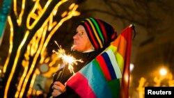 Участник демонстрации в поддержку ЛГБТ перед посольством России в Германии