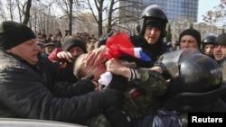 Милиция ресейшіл шерушілердің бірін ұстап әкетіп барады. Донецк, 9 наурыз 2014 жыл.