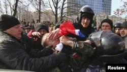Милиция задерживает участника пророссийской демонстрации в Донецке