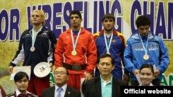 محمدجواد ابراهیمی قهرمان رقابتهای کشتی آزاد جوانان جهان در وزن ۸۴ کیلوگرم(نفر دوم از چپ)