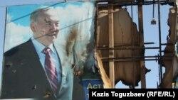 Банер с изображением президента Нурсултана Назарбаева в городе Жанаозен Мангистауской области, 19 декабря 2011 года.