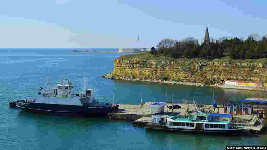 Північна сторона починається з пристані, до якої причалюють паром і пасажирські катери