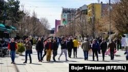 """Kosovë: qytetarë në sheshim """"Nënë Tereza"""" të Prishtinës"""