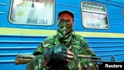 Баявік на вакзале ў Данецку, церазь які праходзіў цягнік «Баранавічы — Марыюпаль»