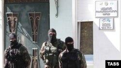 Сотрудники правоохранительных органов у здания Меджлиса крымско-татарского народа, 16 сентября 2014 года