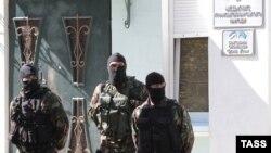 Сотрудники российских правоохранительных органов у здания Меджлиса крымско-татарского народа в Симферополе, сентябрь 2014 года