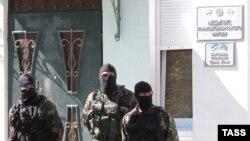 Российские силовики у захваченного здания Меджлися крымских татар, Симферополь, сентябрь 2014 г.