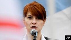 Мария Бутина выступает на митинге сторонников легализации ношения оружия в Москве.