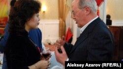 Генконсул Китая Ду Дэвэнь и культуролог Мурат Ауэзов. Казахстан, Алматы, 7 февраля 2013 года.