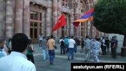 Члены союза «Айазн» и группа сирийских армян перед здакнием правительства Армении, Ереван, 19 июля 2012 г.