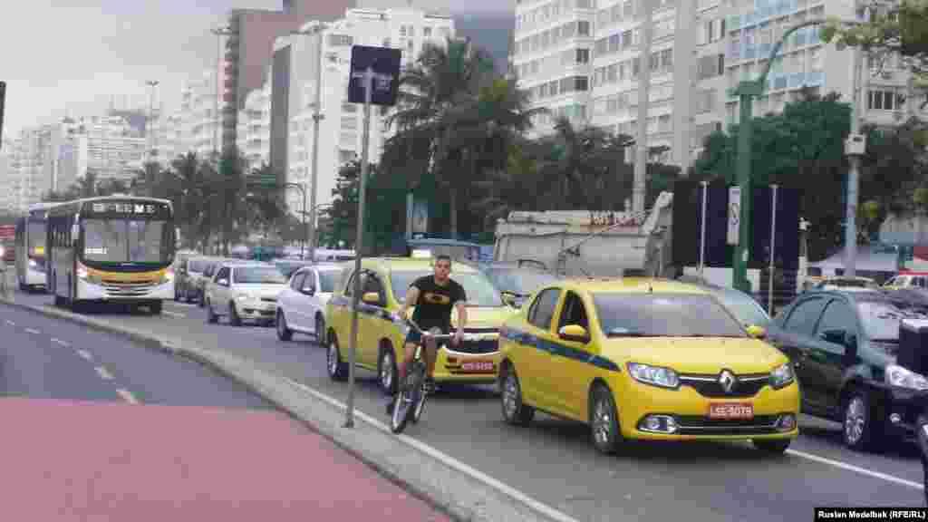Пробки на дорогах - проблема вРио-де-Жанейро. Дорога от центра города до Олимпийской деревни в районе Барра занимает полтора часа. Билет на автобус без кондиционера стоит3,80 реала (примерно 1,5 доллара), на автобус с кондиционером и интернетом 10 реалов ( примерно три с половиной доллара)