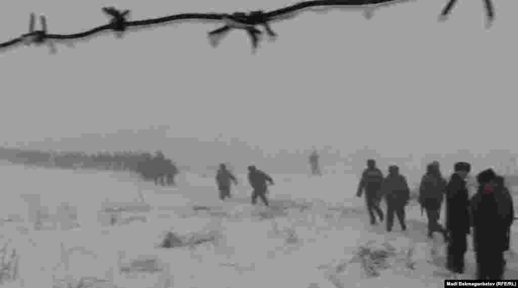 31 января объявлен днем национального траура по погибшим в авиакатастрофе близ Алматы. На фото: сотрудники служб экстренного реагирования на месте крушения самолета «Challenger 200» рядом с поселком Кызылту. Алматинская область, 29 января 2013 года.