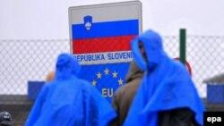 Мигранты у границы в районе словенского города Трновец. 19 октября 2015 года.