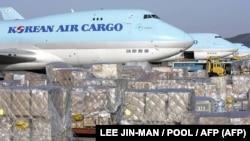 این تصویر آرشیوی هواپیماهای باری خطوط هوایی کره جنوبی را در فرودگاه اینچان نشان میدهد