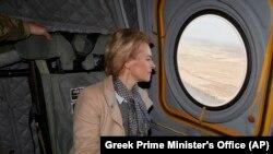 Presidentja e Komisionit Evropian, Ursula von der Leyen, shikon nga dritarja derisa fluturon mbi kufirin e Turqisë me Greqinë.