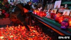 Стихийный мемориал памяти жертв пожара в торговом центре. Кемерово, 26 марта 2018 года.