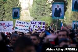 Плакаты на митинге НСДС против фальсификации выборов. На плакате слева написано «Тана, мы любим тебя!»