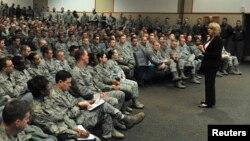 Deborah Lee James în vizită la o bază militară aviatică americană