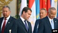 Слева направо: президенты Кыргызстана - Курманбек Бакиев, России - Дмитрий Медведев, Казахстана - Нурсултан Назарбаев, Узбекистана - Ислам Каримов. Душанбе, 28 августа 2008 года.