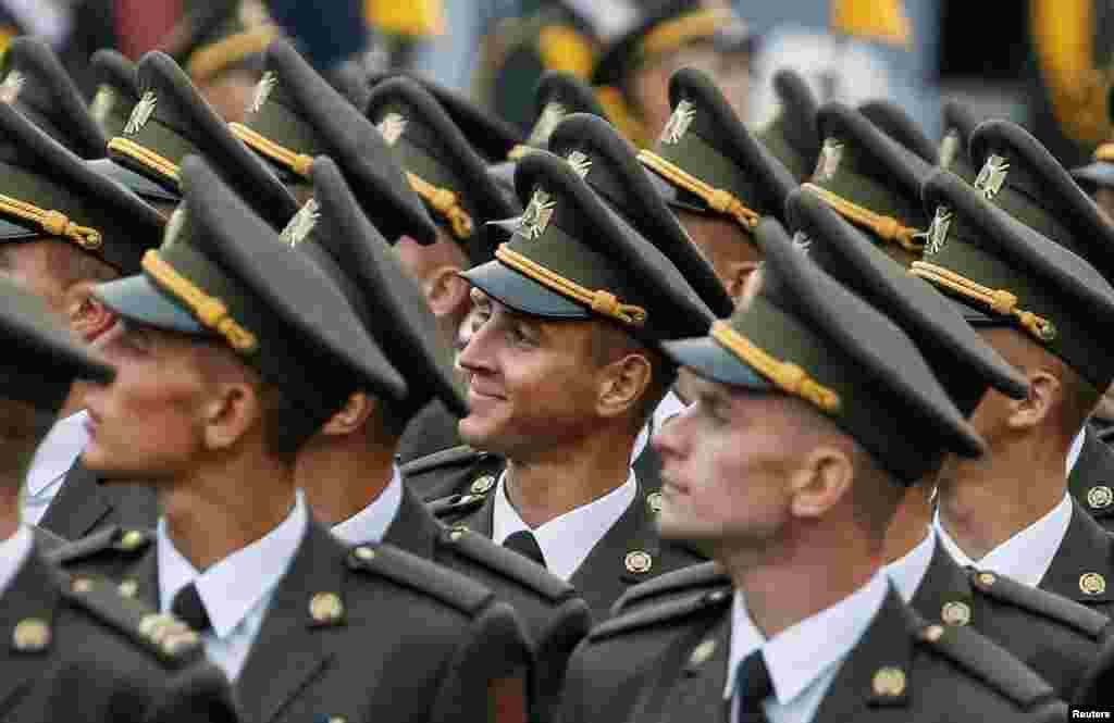 Українські військовослужбовці під час параду
