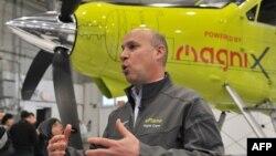 Рой Ганзарски, исполнительный директор австралийской инженерной компании magniX на фоне электросамолёта