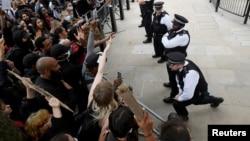 Полиция и протестующие на Даунинг-стрит, 3 июня