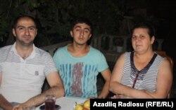 Namiq Hüseynli (solda) Zakir Sadatlının oğlu və həyat yoldaşı ilə birgə